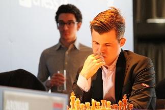 Magnus Carlsen, im Hintergrund Fabiano Caruana